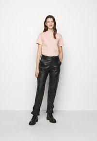 Holzweiler - SUZANA TEE - Print T-shirt - washed pink - 1