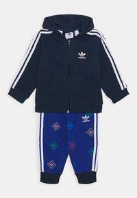 adidas Originals - HOODIE SET UNISEX - Trainingsanzug - conavy/white - 0