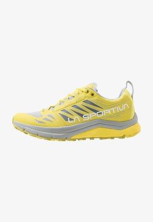 JACKAL WOMAN - Běžecké boty do terénu - celery/kiwi