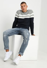 Only & Sons - ONSLAZLO STRIPED CREW NECK - Neule - blue nights - 1