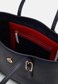 Tommy Hilfiger - HONEY MED TOTE SET - Handbag - blue - 2
