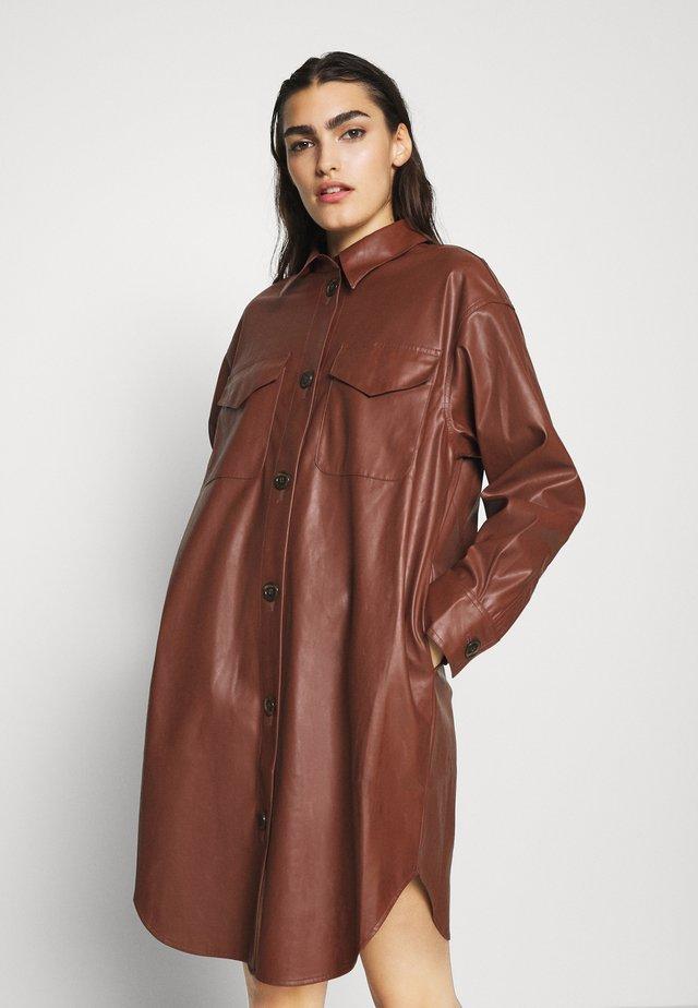 MARIE DRESS - Robe chemise - brown