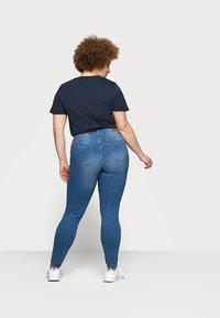 Vero Moda Curve - VMTANYA MRS PIPING  - Jeans Skinny Fit - medium blue denim - 2
