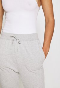 Even&Odd - 2 PACK SLIM FIT SWEATPANTS - Træningsbukser - mottled light grey/black