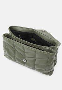 PARFOIS - CROSSBODY BAG DAN M - Across body bag - khaki - 2