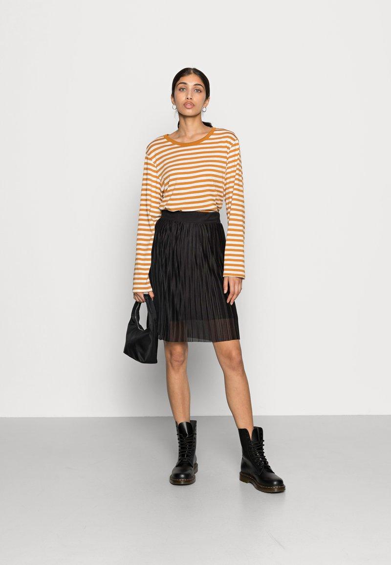 Monki - URSULA - Langærmede T-shirts - black/white /yellow