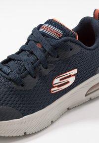 Skechers - DYNA-AIR - Tenisky - navy/orange - 2