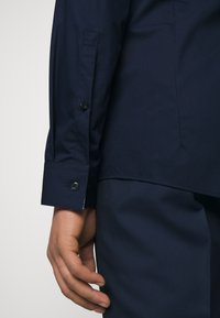 HUGO - ERRIK SLIM FIT - Formal shirt - navy - 6