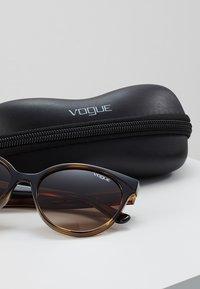 VOGUE Eyewear - Sluneční brýle - dark havana - 2