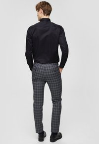 Selected Homme - SLHSLIMPEN - Formal shirt - black - 2