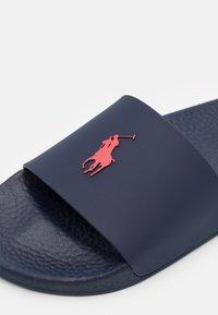 Polo Ralph Lauren - SLIDE UNISEX - Mules - navy/red - 5