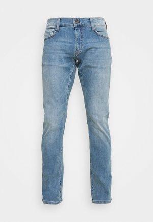 OREGON TAPERED - Zúžené džíny - denim blue