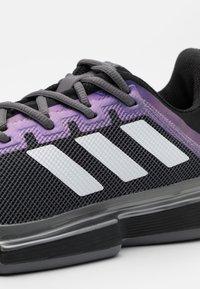 adidas Performance - SOLEMATCH BOUNCE CLAY - Tennisskor för grus - core black/footwear white/grey five - 5