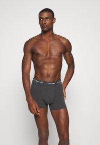 Calvin Klein Underwear - TRUNK 3 PACK - Onderbroeken - black/void/red alert - 2