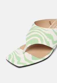 Monki - T-bar sandals - green dusty light - 7