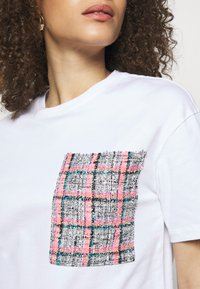 KARL LAGERFELD - BOUCLE POCKE - T-shirt imprimé - white - 4