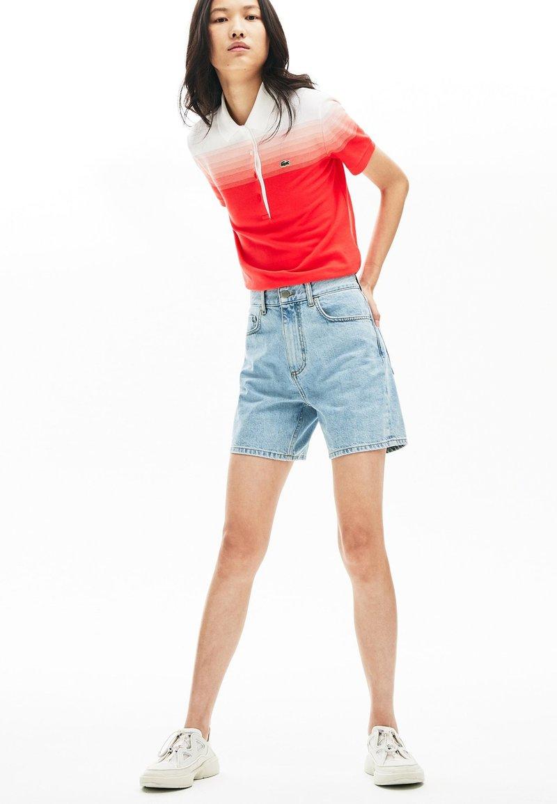 Lacoste - LACOSTE - BERMUDA FEMME - Short en jean - blue china