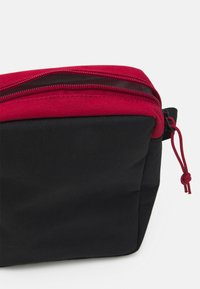 Levi's® - MINI CROSSBODY SOLID BATWING - Across body bag - regular red - 2