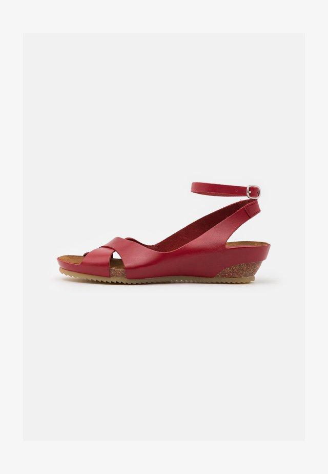 TOKI - Sandały na koturnie - rouge
