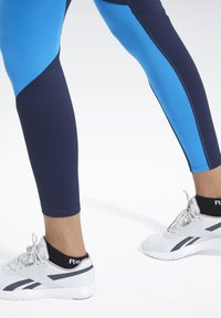 Reebok - REEBOK LUX BOLD MESH 2 LEGGINGS - Tights - blue - 3
