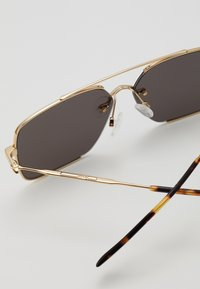 McQ Alexander McQueen - Okulary przeciwsłoneczne - gold-coloured/green - 2