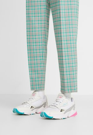 FALCON - Joggesko - footwear white/solar pink/silver metallic