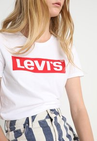Levi's® - THE PERFECT TEE - T-shirt med print - white/red