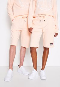 Tommy Hilfiger - ONE PLANET UNISEX - Shorts - delicate peach - 0