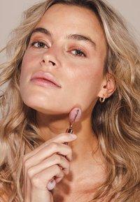ZOË AYLA - FACIAL ROLLER - Makeup accessory - rose - 3