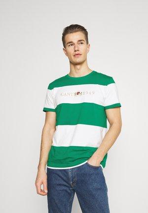 FLAG CREST - Print T-shirt - lush green