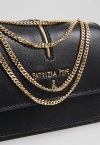 Patrizia Pepe - MARSUPIO PIPING - Sac banane - nero - 6
