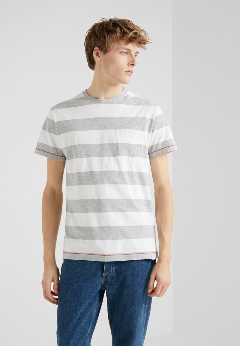 HKT by Hackett - BLOCK TEE - Triko s potiskem - white/grey