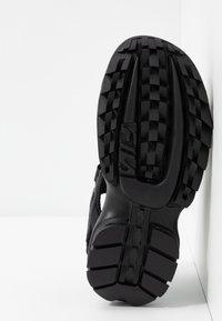 Fila - DISRUPTOR - Sandály na platformě - black - 6