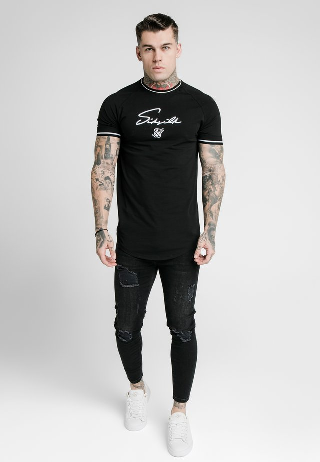 SIGNATURE PIPED TECH TEE - Printtipaita - black