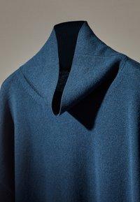 Massimo Dutti - MIT WEITEM AUSSCHNITT - Jumper - blue - 4