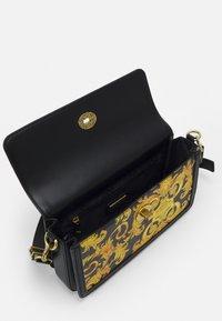 Versace Jeans Couture - LULA BAGUETTE - Kabelka - black/dark yellow - 4