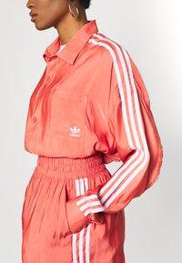 adidas Originals - Kraťasy - trace scarlet - 3