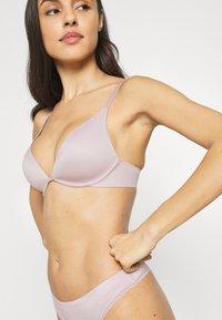 Calvin Klein Underwear - LIQUID TOUCH LIGHTLY LINED PLUNGE - T-paitaliivit - amnesia - 3