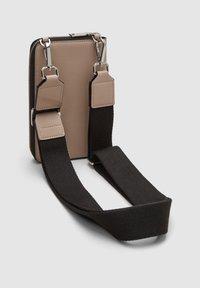s.Oliver - MIT GELDBEUTEL - Across body bag - dark beige - 4