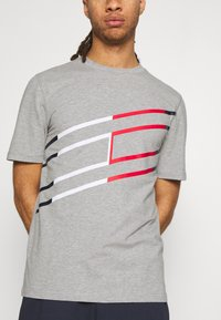 Tommy Hilfiger - GRAPHIC TEE - T-shirt med print - grey - 4
