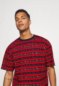 Karl Kani - STRIPE TEE - T-shirt con stampa - red - 3