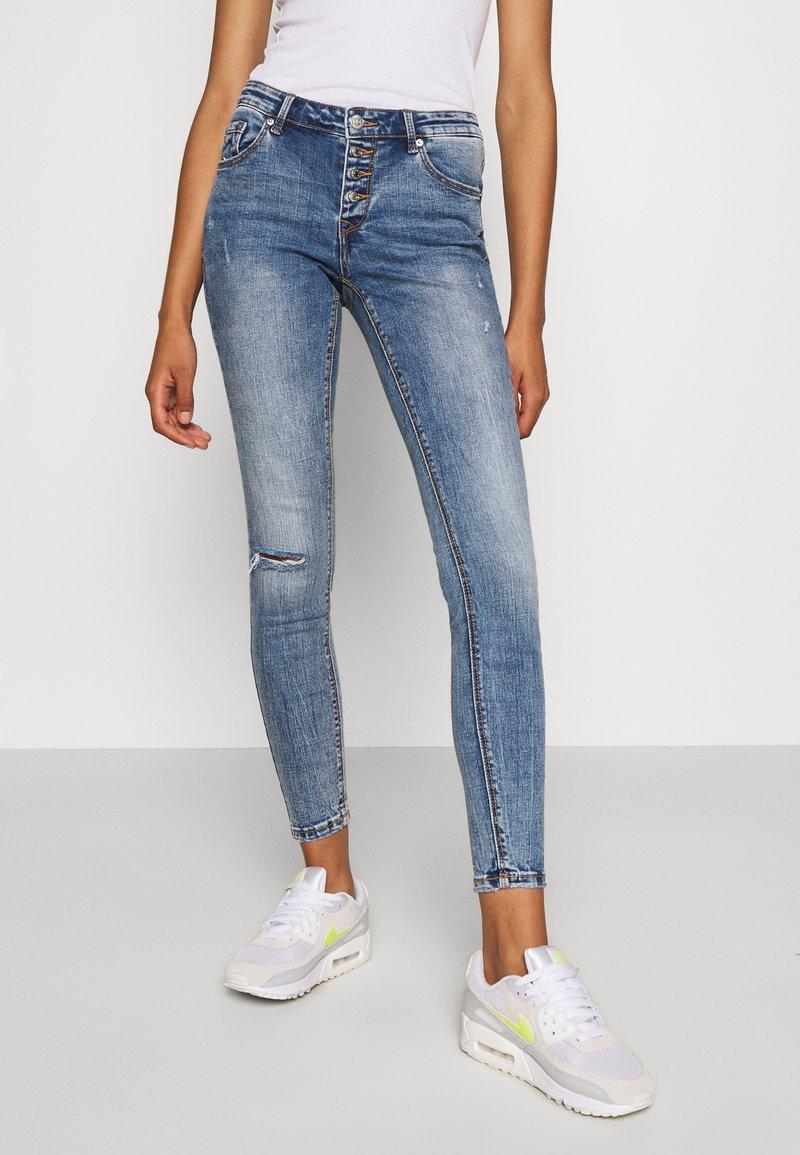 Vero Moda - VMLYDIA SKINNY BUTTON  - Skinny džíny - medium blue denim