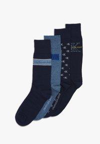 Calvin Klein Underwear - MEN CREW JEANS LOGO GIFTBOX 4 PACK - Chaussettes - dark blue combo - 0