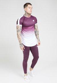 SIKSILK - SIKSILK FADE TECH TEE - Print T-shirt - rich burgundy fade - 1