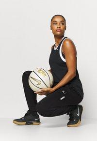 Nike Performance - STANDARD ISSUE PANT - Teplákové kalhoty - black/pale ivory/pale ivory - 1