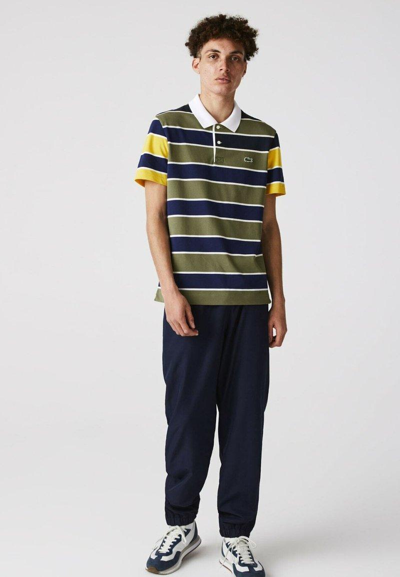 Lacoste - Polo shirt - khaki grün / blau / gelb / weiß