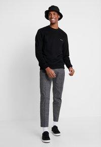Calvin Klein - LOGO EMBROIDERY - Felpa - black - 1