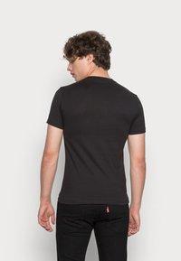 Calvin Klein Jeans - INSTITUTIONAL LOGO BOX TEE - Triko spotiskem - black - 2