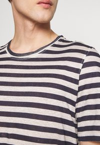 120% Lino - STRIPE - T-shirt imprimé - grey - 5