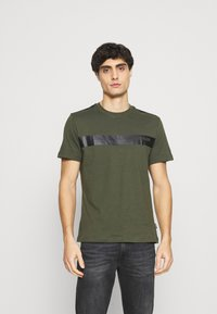 Calvin Klein - BOLD STRIPE LOGO - T-shirt con stampa - green - 0